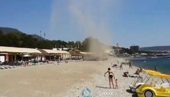 Смерч в Геленджике уничтожил пляж с отдыхающими