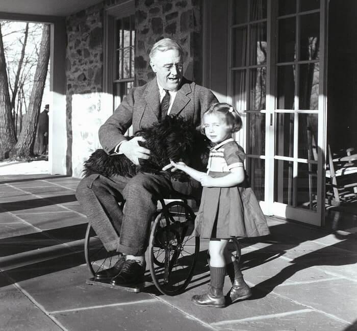 ФранклинРузвельт в инвалидной коляске