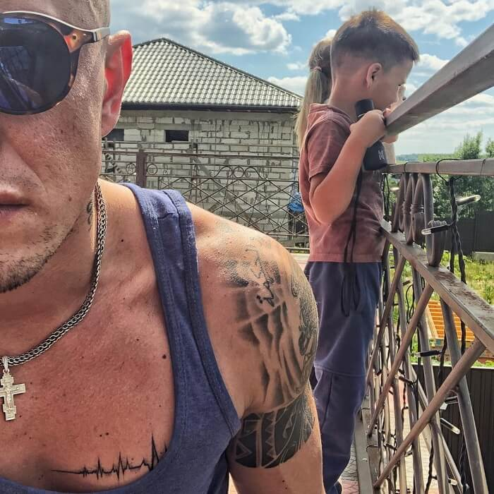 Павел Прилучный демонстрирует тату