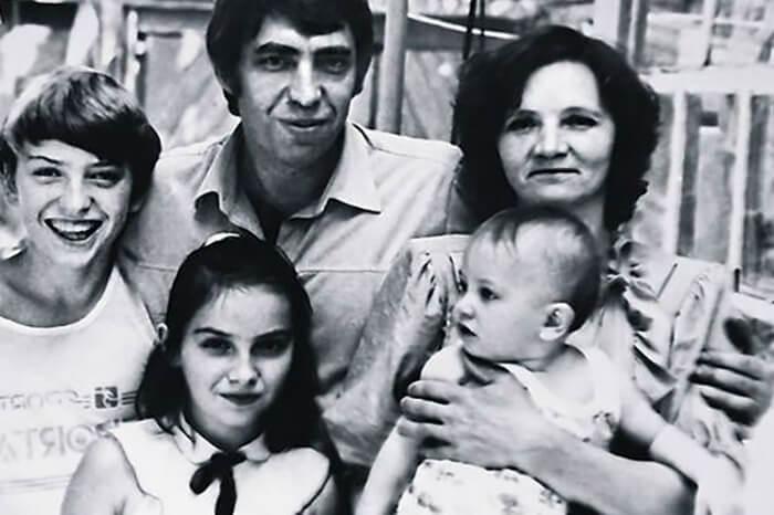 Павел Прилучный в детстве с семьей