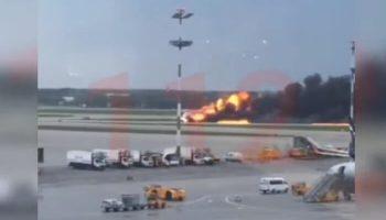 В Шереметьево загорелся самолет Суперджет 100. Видео посадки горящего лайнера