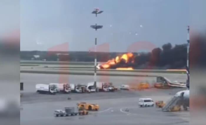 Самолет Суперджет горит в Шереметьево