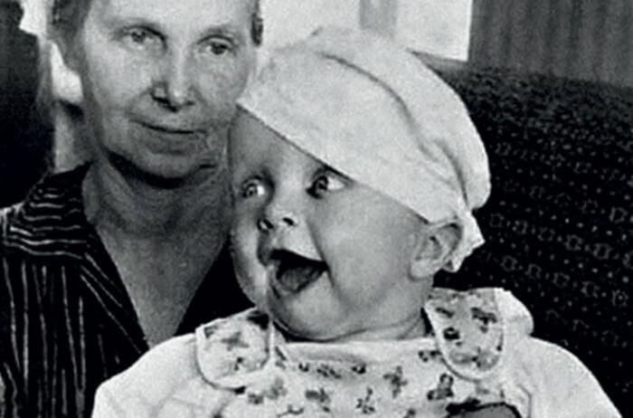 Василий Аксенов на руках бабушки