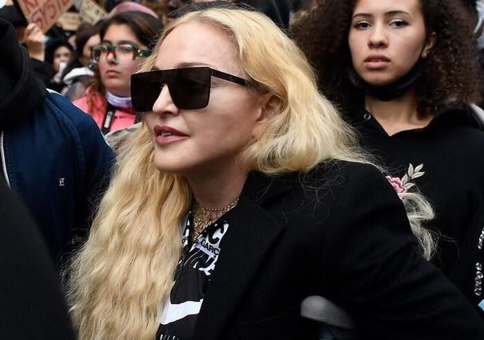 Мадонна в Лондоне пришла на митинг без маски и на костылях