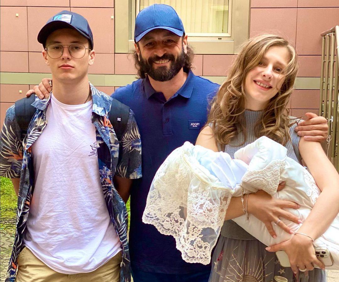 Лиза Арзамасцева, Илья Авербух с сыновьями Левой (на руках) и Мартином