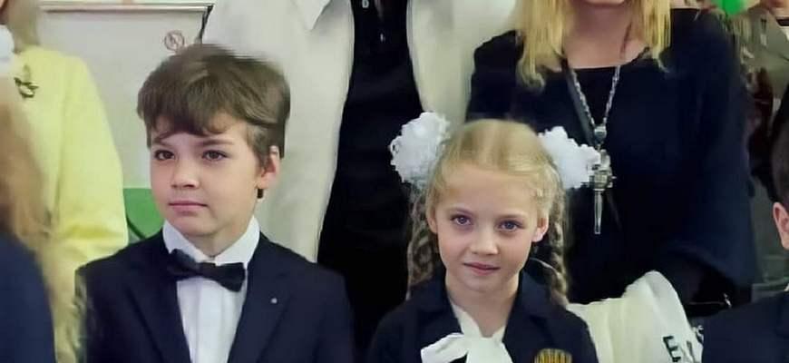Алла Пугачева, Максим Галкин с Лизой и Гариков на школьной линейке 2 класс