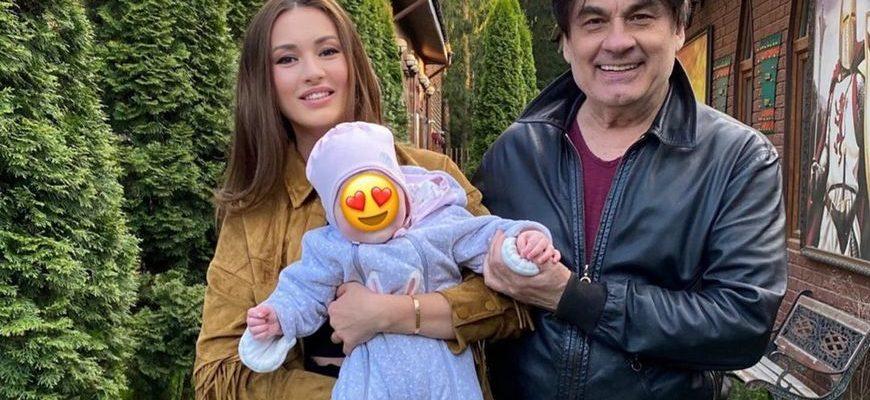 Александр Серов с Мишель и внучкой Мией